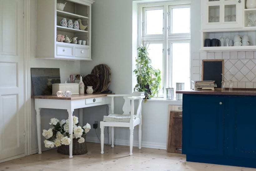 If you're planning a new kitchen or remodeling an old one, consider stepping outside your comfort zone with blue kitchen cabintets.